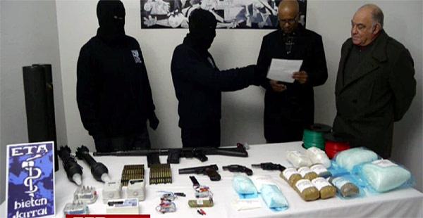 Miembros de ETA entregan a la comisión de verificadores una cantidad determinada de armas y explosivos.