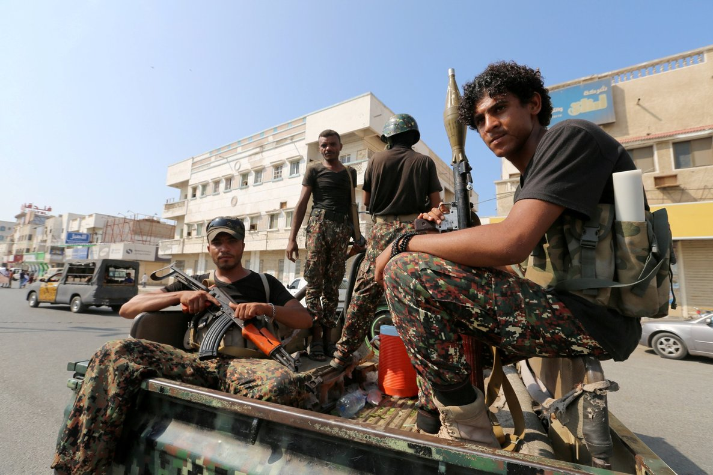 Militantes hutíes patrullan las calles en Hodeidah, Yemen.