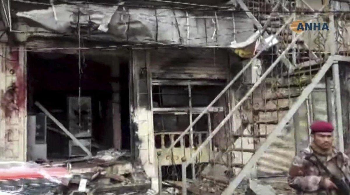 Un militar hace guardia en el lugar donde se ha producido el atentado en la localidad siria de Manbij.