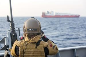 Un militar noruec observa un dels vaixells danesos encarregats de transportar l'arsenal químic sirià, el 29 de desembre, abans de l'operació.