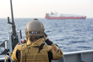 Un militar noruego observa uno de los barcos daneses encargados de transportar el arsenal químico sirio, el pasado 29 de diciembre, antes de la operación.