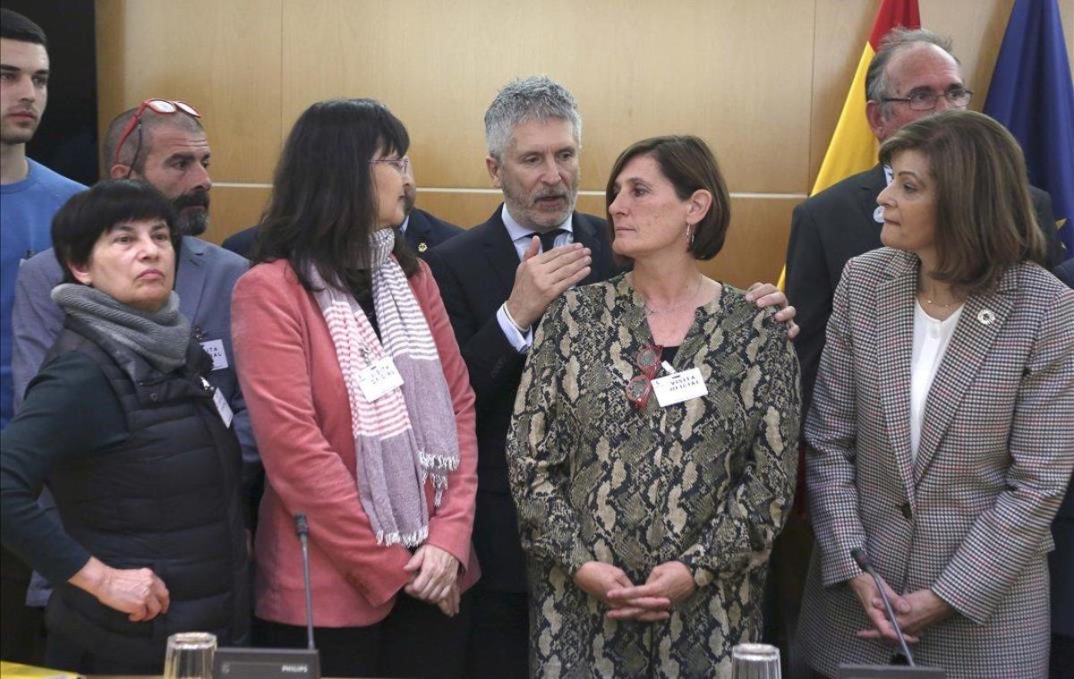 El Ministro de Interior Fernando Grande-Marlaska durante la foto de familia que se hizo junto a familiares y representantes de asociaciones de personas desaparecidas.