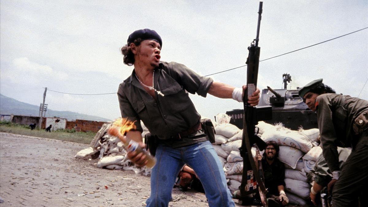 Molotov Man, sandinistas en las murallas de la sede de la Guardia Nacional, foto tomada por Meiselasen Nicaragua, en 1979.