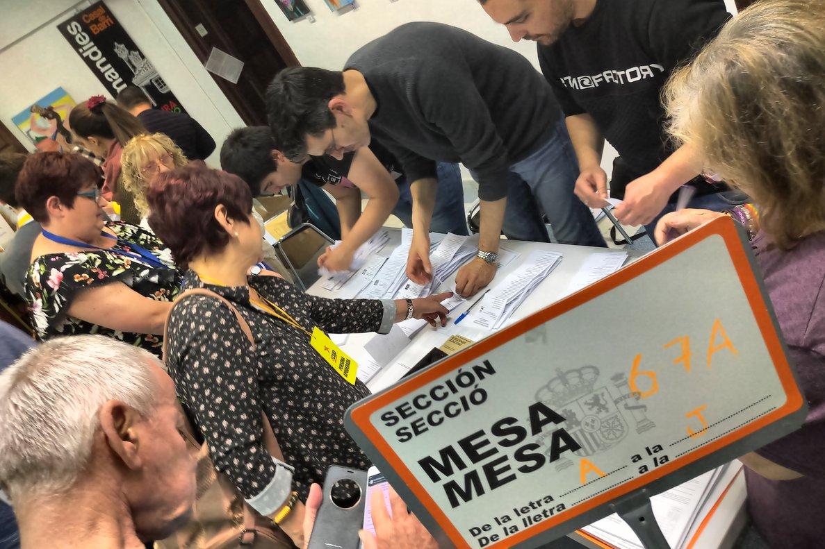 Momento del recuento electoral en el colegio instalado en el Casal de Peramàs-Esmandies, en Mataró, esta noche de domingo.