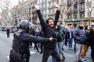 Un mosso y un manifestante en Gran Via con Rocafort.