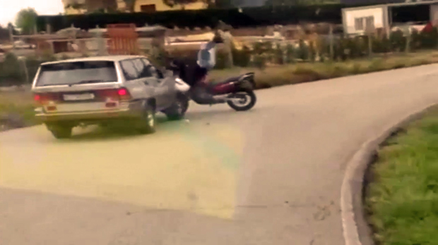 Un vídeo capta el moment de laccident entre una moto i un tot terreny a Pravia.