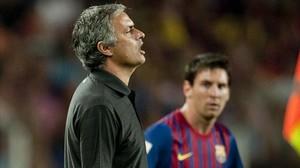 Mourinho y Messi, durante un partido del Camp Nou.
