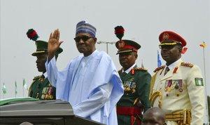 Muhammadu Buhari saluda a la multitud durante las celebraciones del 58º aniversario de la independencia de Nigeria, en Abuja.