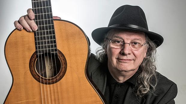 El guitarrista i cantant Toti Soler interpreta {'Cançó} de {suburbi'} en acústic.