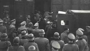 Centenares de ciudadanos judíos suben a trenes con destino a campos de concentración ante la vigilancia de militares nazis.
