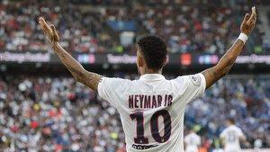 Neymar celebra su gol al Estrasburgo en el tiempo añadido.