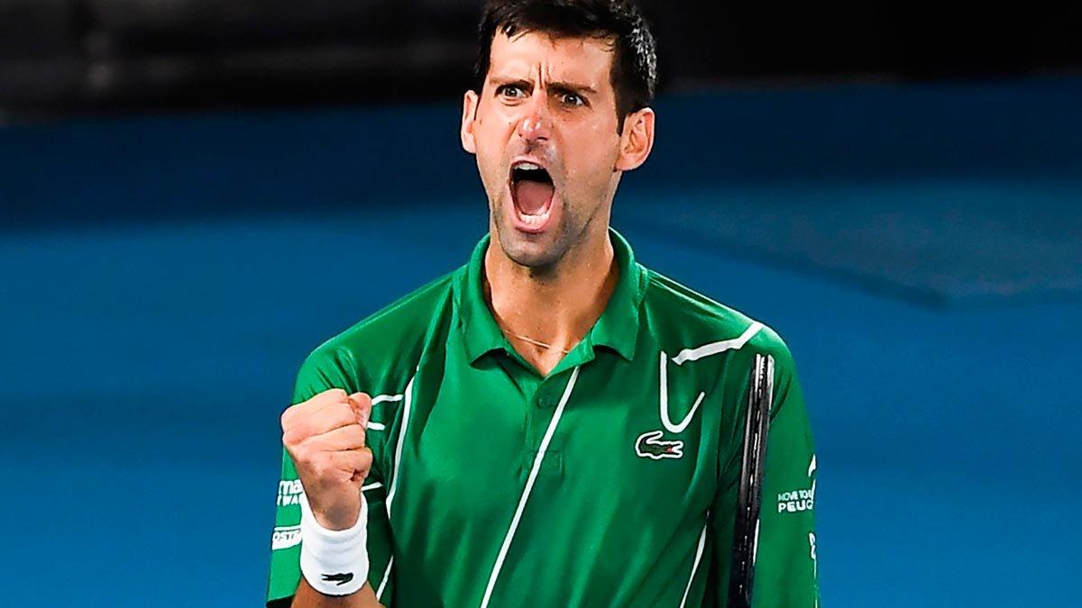 Novak Djokovic celebra un punto ante Dominic Thiem durante la final del Abierto de Australia.