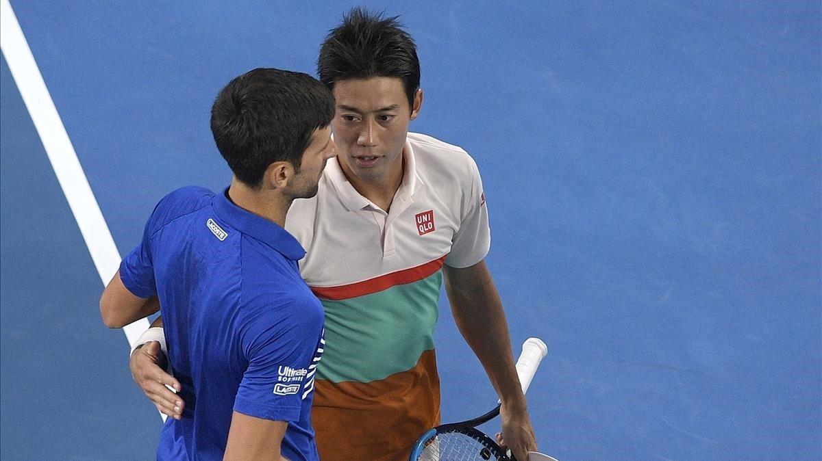 El saludo entre Djokovic y Nishikori tras el retiro del japonés.