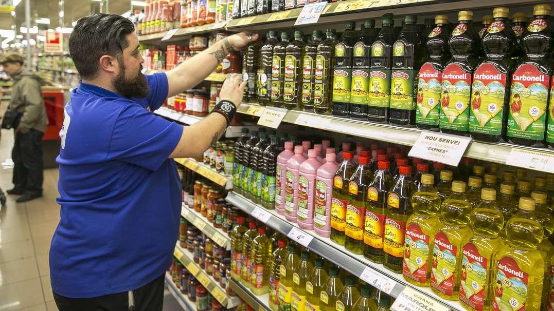 Ordenando las botellas de aceite en un supermercado.
