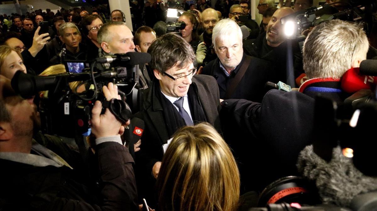 Puigdemont, envoltat de periodistes, a Copenhaguen.