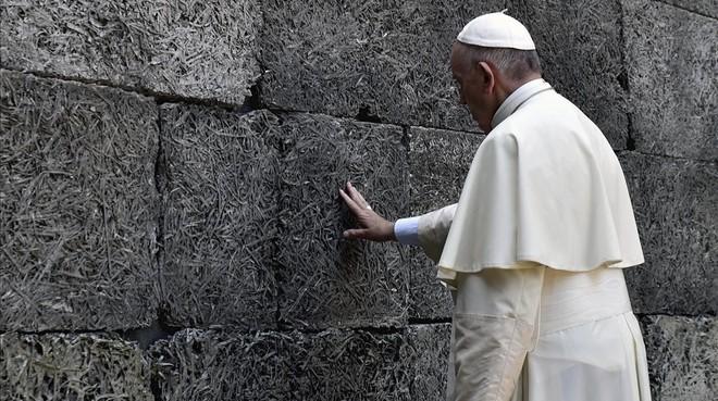 El papa Francesc resa davant elmur on van serexecutats milers de jueusdurant la seva visita al camp de concentració nazi d'Auschwitz.