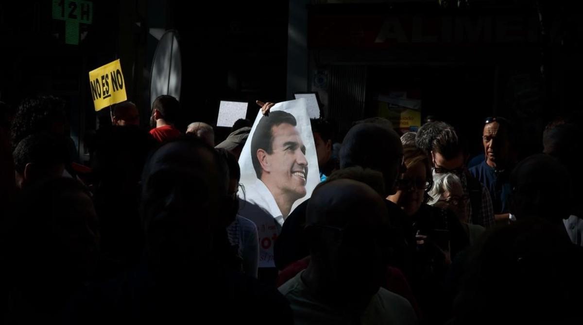 Partidarios de Pedro Sánchez, el pasado sábado frente a la sede del PSOE.