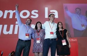 Pedro Sánchez, junto a sus principales colaboradores, en el congreso del PSOE.