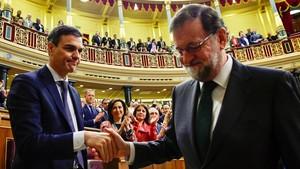 Pedro Sánchez y Mariano Rajoy se saludan, protocolariamente, tras finalizar la sesión.