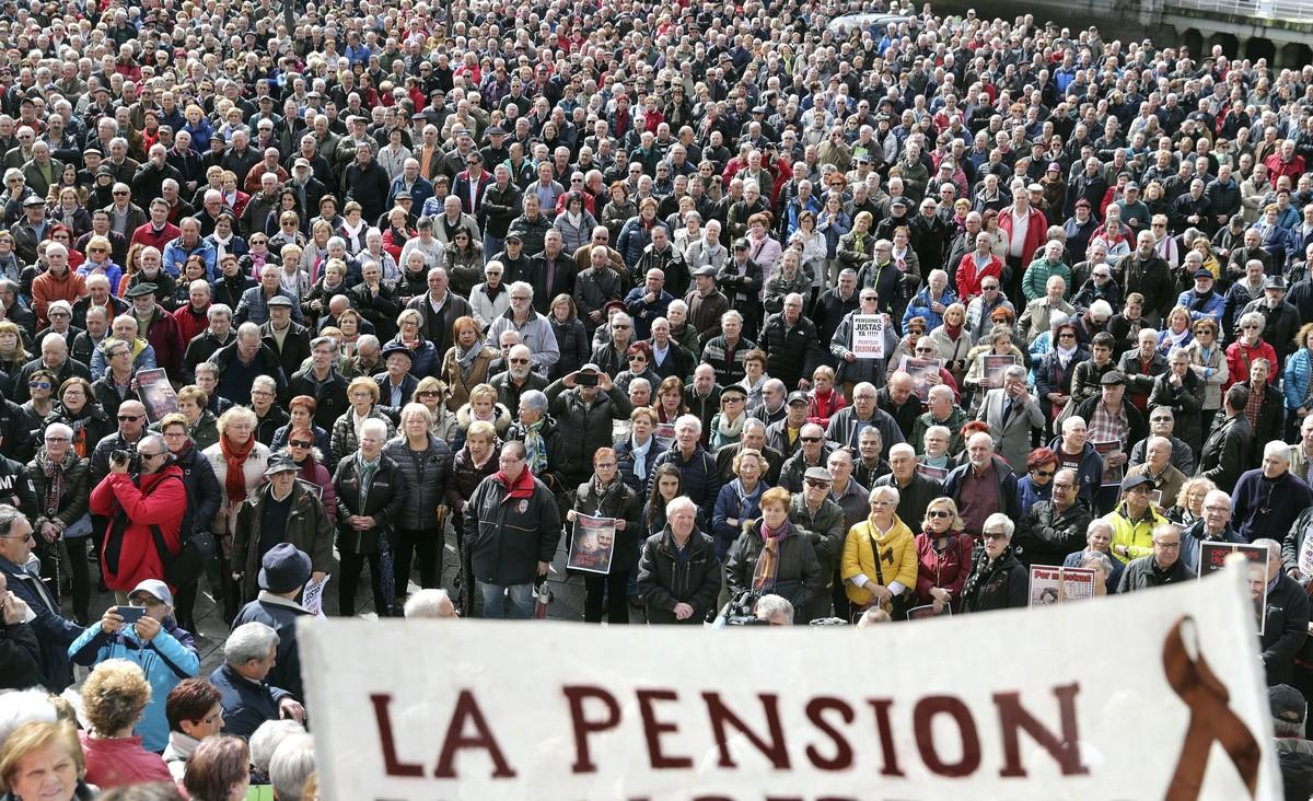 Pensionistas en la concentración en Bilbao en defensa de unas pensiones dignas, del sistema público de pensiones y de su actualización en base al IPC, el pasado 12 de marzo.