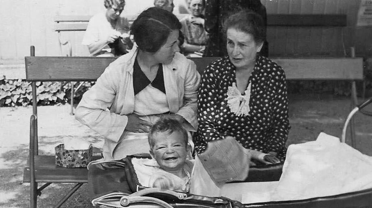 El pequeño Pavel, con su madre y su abuela materna; todos fueron enviados aAuschwitz.