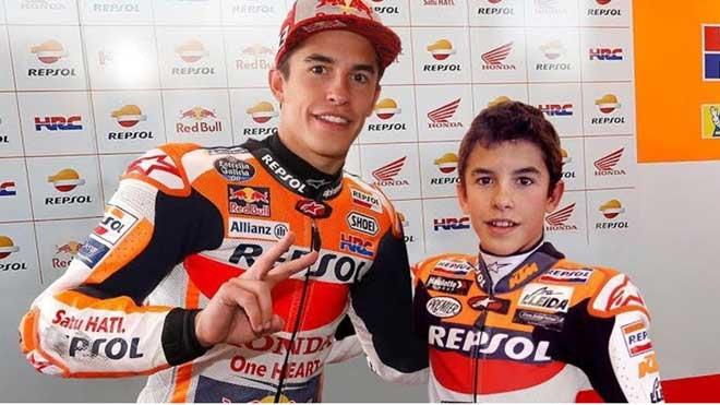 Marc Márquez, con 26 años, abrazado al Marc que, con 15 años, debutó en el Mundial en el 2008.
