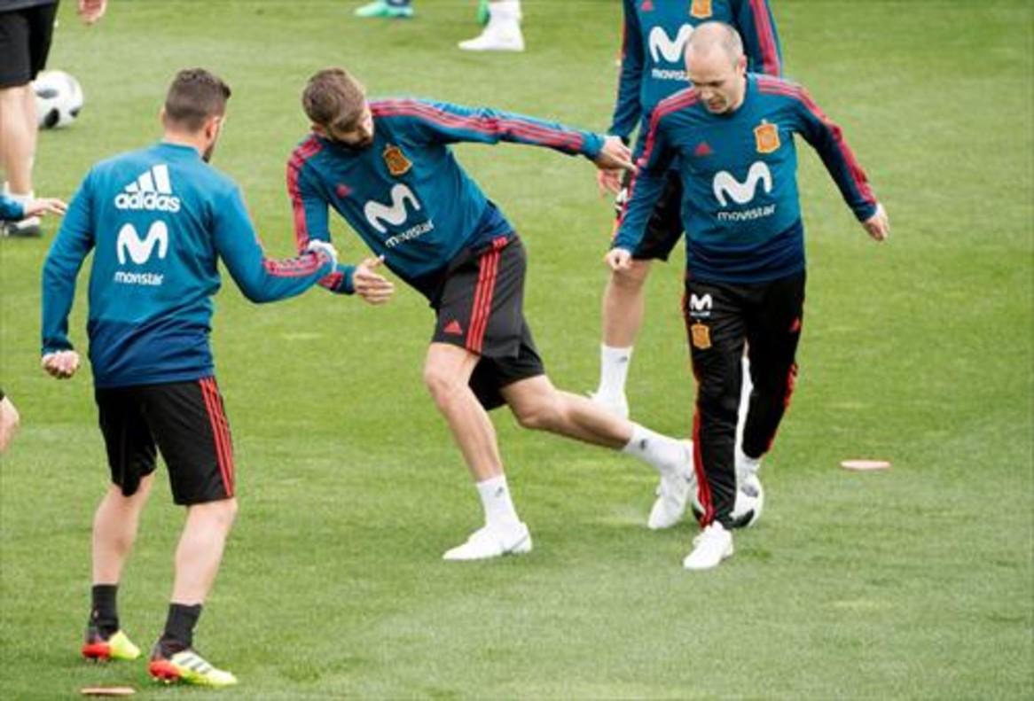 Piqué e Iniesta, en un entreno de la Roja.
