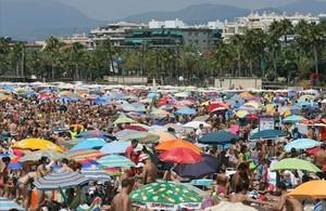 La playa de Llevant de Salou, llena de turistas, en un agosto pasado.