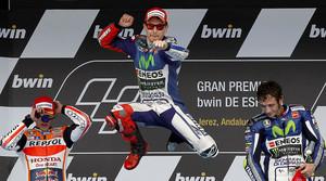 El podio del GP de España de MotoGP: Jorge Lorenzo (centro), eufórico tras ganar la carrera, entre Marc Márquez, segundo, y Andrea Iannone, tercero.