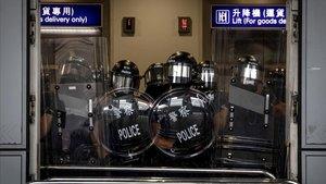 La policía bloquea el acceso al aeropuerto de Hong Kong, este domingo.