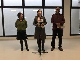 Gala Pin, Laia Ortiz y Miquel Àngel Essombra, durante la presentación de la nueva guarderia Aurora en el Raval.