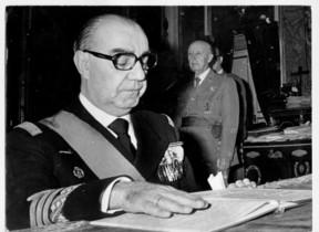 El presidente del Gobierno franquista, Luis Carrero Blanco, delante de Franco.