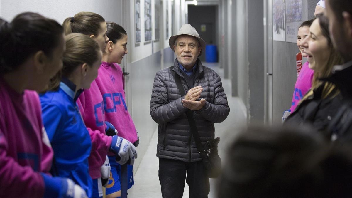 El presidente, Ramon Sitjà, habla con las jugadoras en la pista del Voltregà.