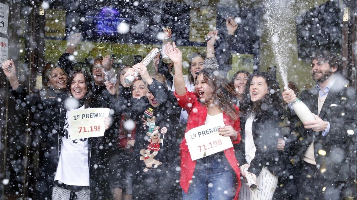 Propietarios de la Administración de lotería Doña Manolita, en la calle del Carmen en Madrid,celebran haber vendido el número 71.198 que ha sido agraciado con el Gordo de Navidad.