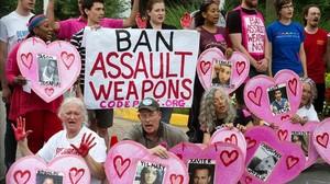 Protesta de activistas ante la entrada de la sede de la Asociación Nacional del Rifle, en Fairfax (Virginia), este martes.