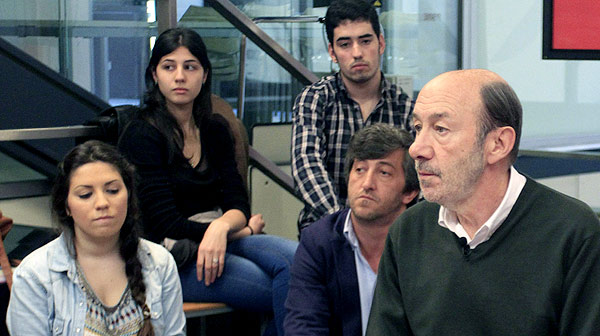 El secretari general del PSOE, Alfredo Pérez Rubalcaba, afirma que mai ha vist un bitllet de 500 euros.
