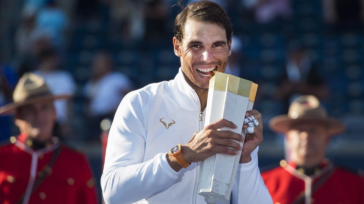 Rafael Nadal muerde el trofeo ganado en Canadá.