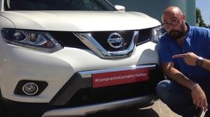 Raúl Escolano, con su coche comprado a través de Twitter.