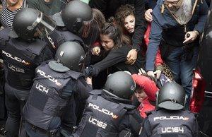 Actuación de la Policia Nacional en las puertas del colegio electoral Ramon Llull de Barcelona durante el 1 O.