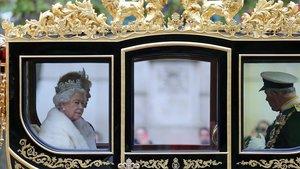 La reina Isabel II al llegar al Parlamento británico en Londres.