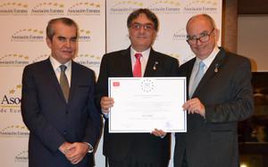 Representantes de Acuasec, con el diploma que acredita la Medalla Europea al Mérito en el Trabajo.