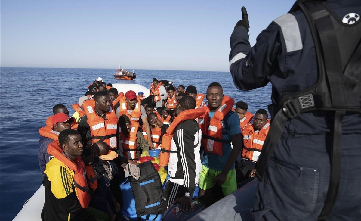 Rescate de la oenegé Sea Watch de una embarcación con migrantes a la deriva frente a las costas de Libia.