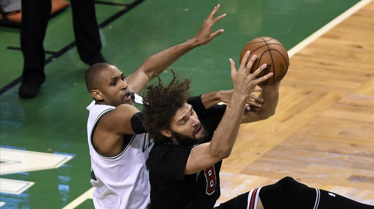 Robin Lopez (Chicago) atrapa un rebote frente a Al Horford (Boston).