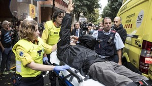 Roger Español es trasladado a un hospital tras recibir el impacto de una pelota de goma durante las cargas de la Policía Nacional en el colegioRamon Llull durante el referendum del 1-O.