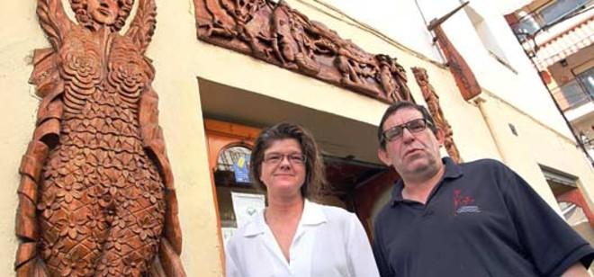 Rosa Riera y Rafa Cantero posan en la puerta de Rafa's. Foto: CLICK ART FOTO / EDDY KELELE