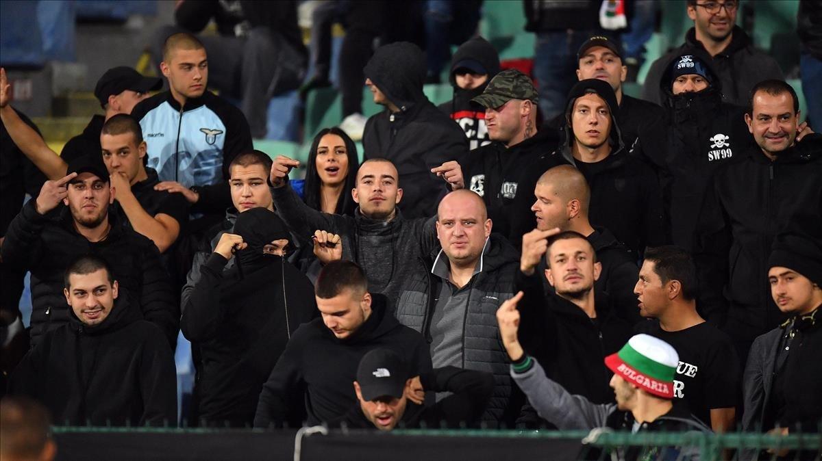 Ultras búlgaros durante el partido contra Inglaterra del lunes en Sofía.
