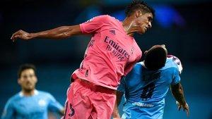 Varane, desastroso en todo el partido, y Gabriel Jesús saltan a por un balón.