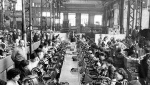 Sala de bobinados de la Siemens en 1965.