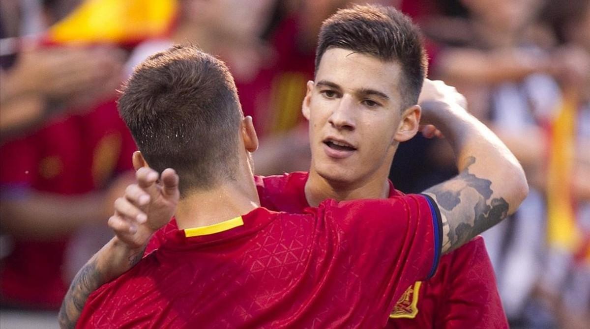 Santi Mina celebra un gol marcado con España.