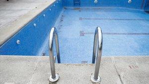 Una piscina vacía de agua.